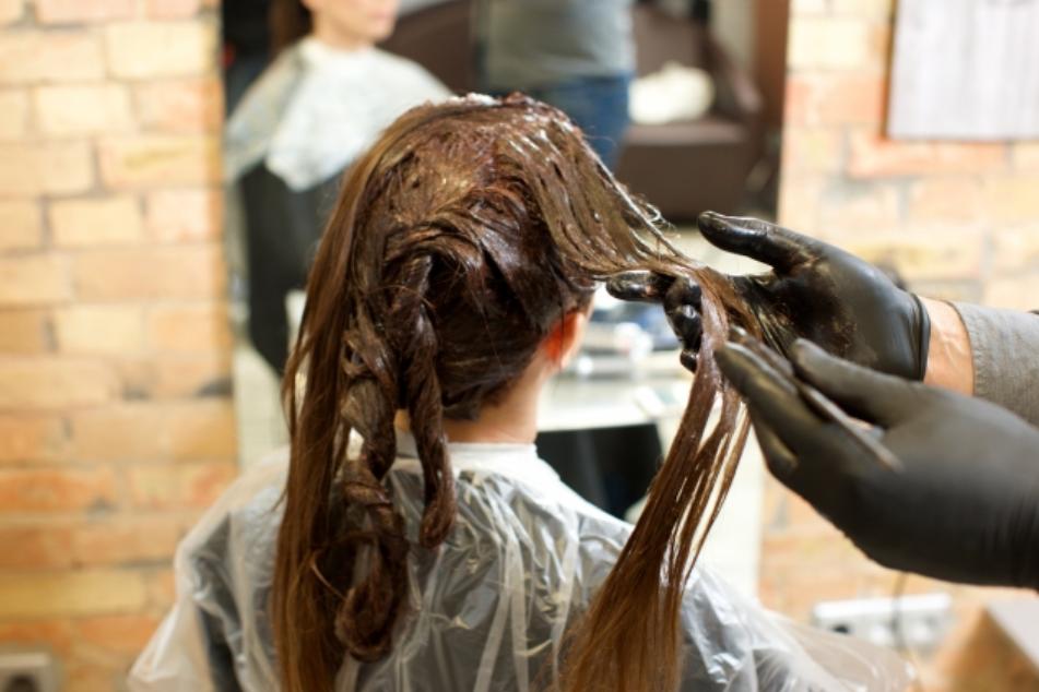 白髪染めヘアカラーは危険!頭皮改善で白髪が減る?美容師が徹底解析